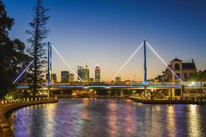 claisebrook cove och trafalgar bridge i perth, australien foto