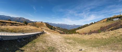 utsikt över bergskedjan i Italien och Schweiz foto