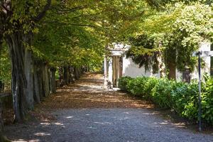 fotstig runt kapellen i helgedomen Sacro Monte di Orta i Piemonte, norra Italien foto