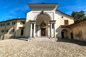fasaden på den lilla kyrkan St. francis, i helgedomen Sacro Monte di Orta i Piemonte, norra Italien foto
