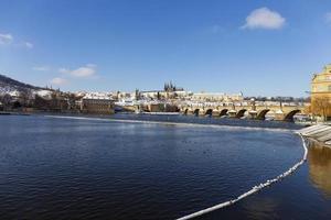 snöig prag mindre stad med pragslottet, tjeckien foto