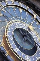 astronomisk klocka på väggen i Prags gamla rådhus, Tjeckien foto