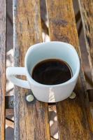 kopp kaffe på ett träbord foto
