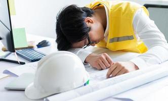 asiatiska ingenjörer känner sig trötta från arbetstrycket foto