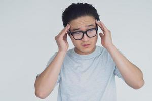 foto av asiatisk man med huvudvärk