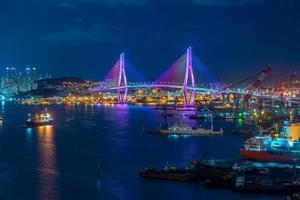 nattsikt över busan hamn och bro i Sydkorea foto