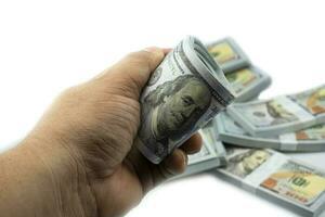 hand som rymmer buntar 100 amerikansk dollar stack rendering på vitt foto