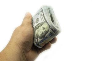 hand som håller buntar 100 amerikanska dollar stack stack på vitt foto