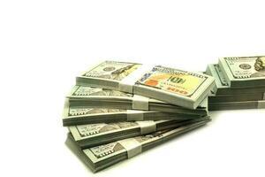 stapla buntar med 100 dollar sedlar på vit bakgrund foto