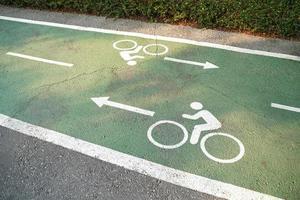 cykelfältskyltar målade på en grön cykelfält. cykelfält i parken. foto