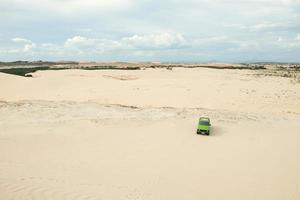 en bil vid vita sanddyner i muine, vietnam. foto
