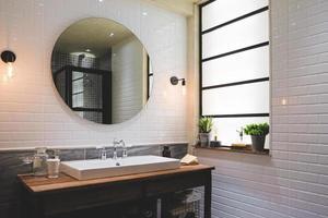 badrum i modern stil med vita plattor. foto