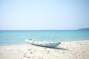 blå kajaker på den tropiska stranden. foto