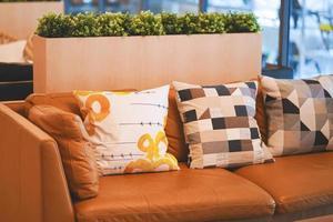 mysig soffa i modernt rum inredning. soffa med färgglada kuddar i rummet. foto