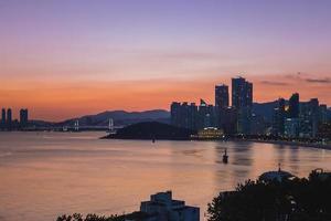 gwangan bridge och skyline av haeundae vid busan i Sydkorea foto