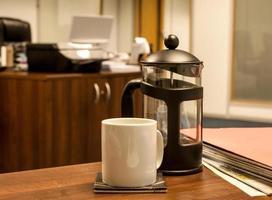 dricker kaffe på kontoret foto