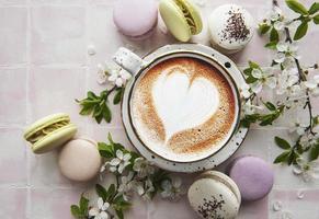 makron med en kopp kaffe foto