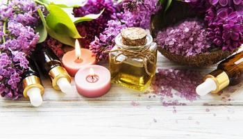 spa-miljö med lila blommor foto