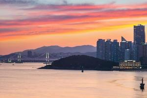gwangan bro och skyline av haeundae i busan, Sydkorea foto