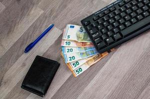 datortangentbord med eurosedlar foto