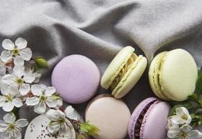 franska söta makron färgglada variation på en grå textil bakgrund foto