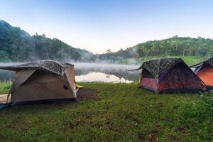äventyr camping och camping på morgonen med lätt dimma vid Pang-Ung, Mae Hong Son, Thailand foto