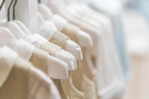baby klädsamling hängande i showrum foto