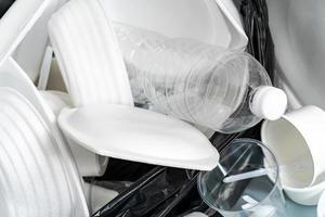 grupp av produkter tillverkade av plast och skum i skräpspåsar foto