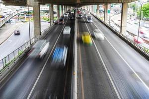 oskärpa av bil på vägen i staden foto