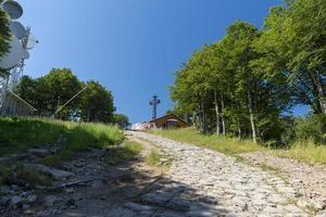 toppen av berget amiata där det finns ett metallkors foto