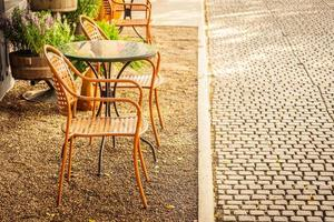 tom stol och bord runt kafé och restaurang utomhuskafé foto