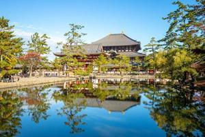 rådjur och mittporten till Todaiji i Nara, Japan foto