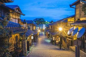gatuvy av ninen zaka i kyoto på natten foto
