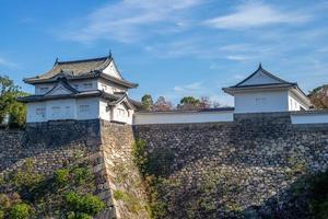 yagura och vallgrav av Osaka slott i Osaka, Japan foto