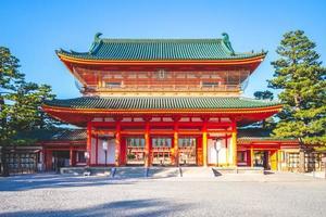 otenmon är huvudporten till heian jingu-helgedomen i kyoto, japan foto