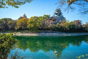 okayama castle aka ujo vid floden asahi på okayama i japan foto