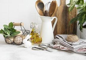 köksredskap, verktyg och porslin på på den vita kakelväggen foto