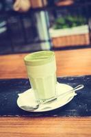 varm matcha grönt te latte kopp foto