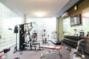 abstrakt oskärpa fitnessutrustning i gymmet foto