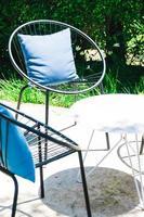uteplats med kudde på stol och bordsduk foto