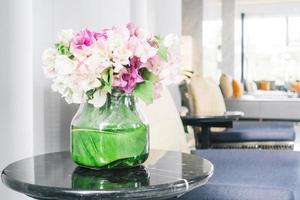 blomma vas på bordet foto
