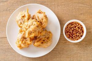 stekt taro med sås - vegansk och vegetarisk matstil foto