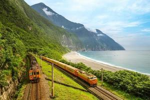 tåg vid östra kusten nära Qingshui-klippan, Hualien, Taiwan foto