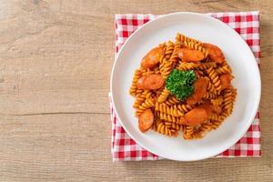 spiral- eller spiralipasta med tomatsås och korv - italiensk matstil foto