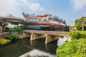 ånglok på bron vid rende, tainan, taiwan foto
