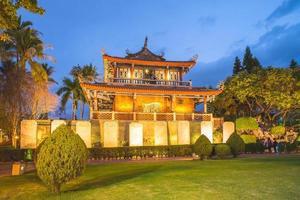 nattsikt över chihkan-tornet i tainan, taiwan foto