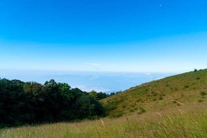 vackert bergskikt med moln och blå himmel på kew mae pan natur spår i Chiang Mai, Thailand foto