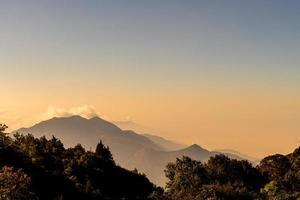 vackert bergskikt med moln och soluppgång på Chiang Mai i Thailand foto