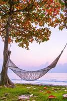hängmatta på stranden och havet foto
