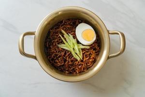 koreansk snabbnudel med svart bönsås eller jajangmyeon eller jjajangmyeon foto